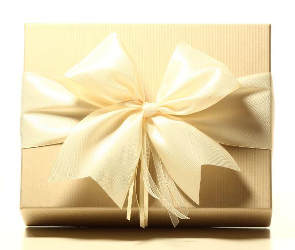 Geschenk mit Schleife Cremeweiß