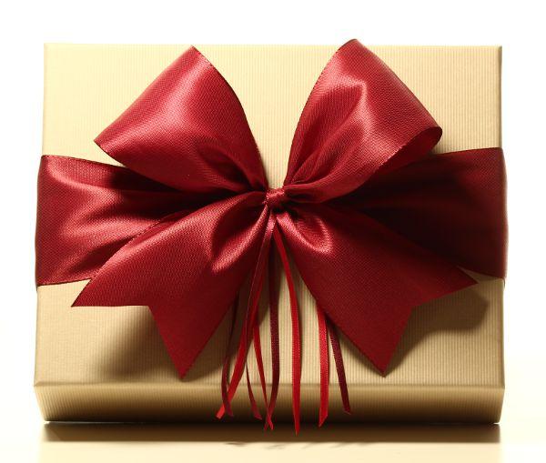 Geschenk mit Schleife Rubinrot