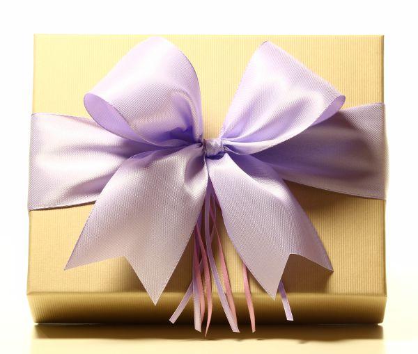 Geschenk mit Schleife Flieder