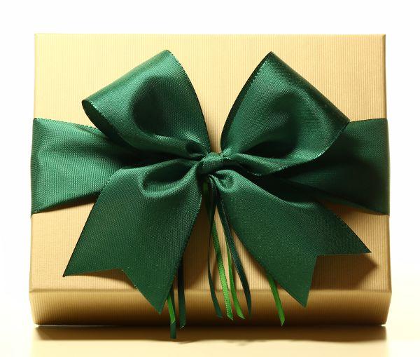 Geschenk mit Schleife in Tannengrün