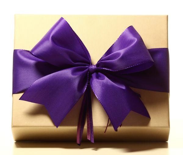 Geschenk mit Schleife Violett
